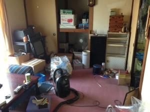 借家の居間の片付け前